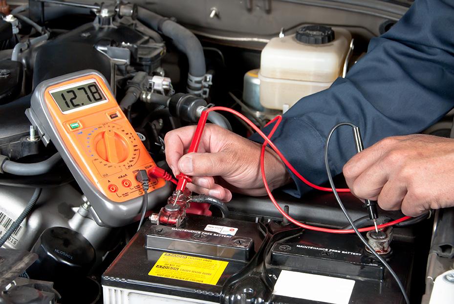 Batterietester ist ein einer Starterbatterie angeschlossen und Werte werden abgelesen
