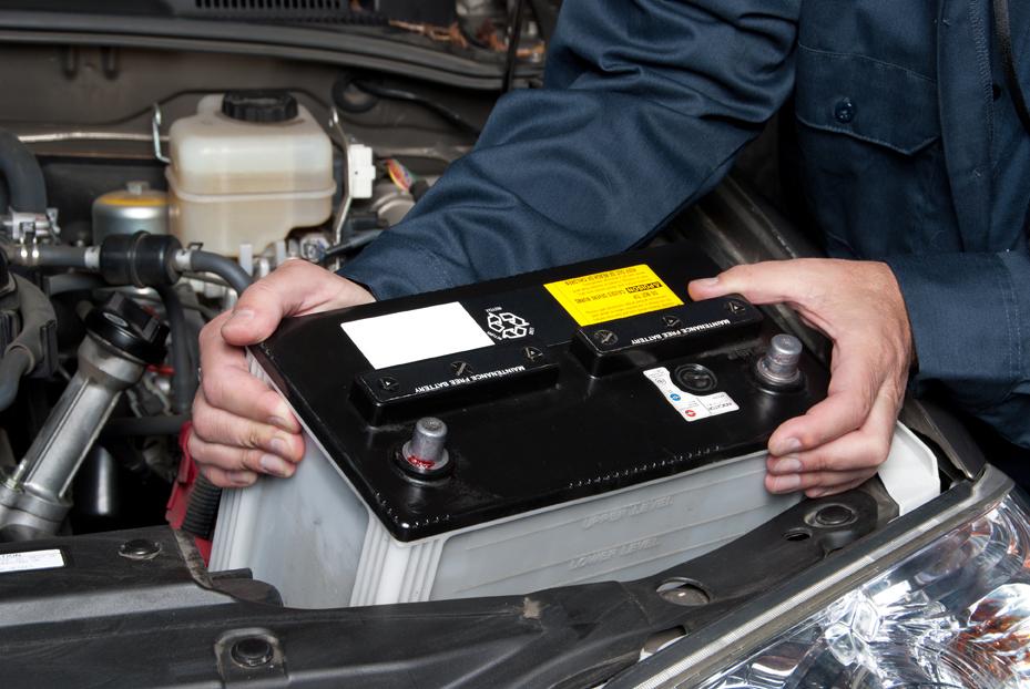 Autobatterie wird aus dem Motorraum gehoben